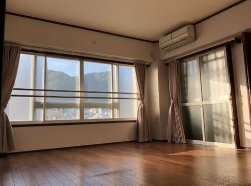 6LDK corner unit condominium in heart of Kobe