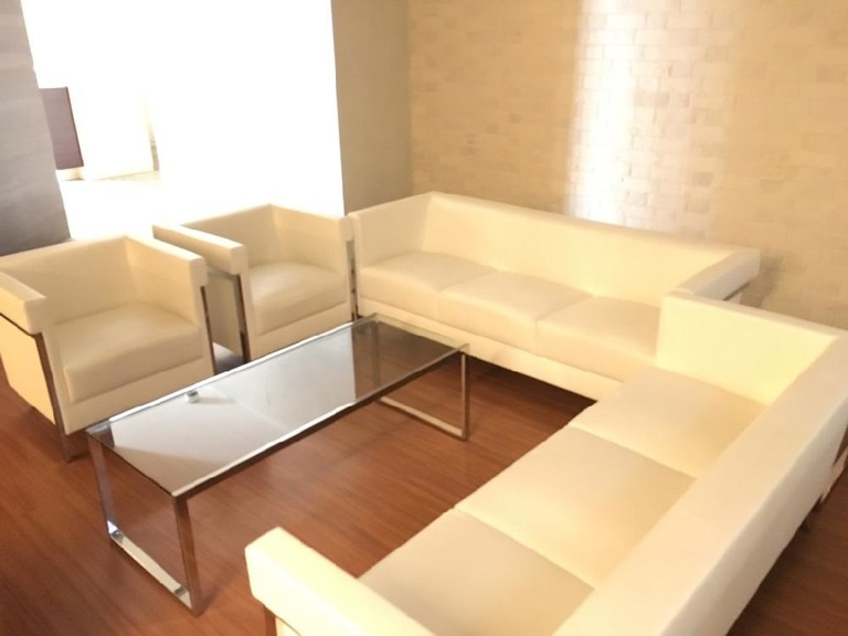 Spacious 1LDK+S condominium in the lovely area of Kenchomae, Kobe